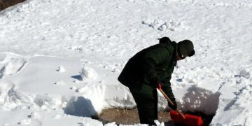 How to avoid lower back pain when shoveling snow